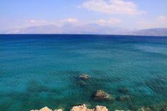 Jasny błękitne wody widok śródziemnomorski ocean Fotografia Royalty Free