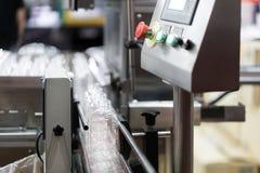 Jasny butelek przeniesienie na konwejeru paska systemu Przemysłowy i f obraz stock