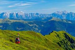 Jasny i Długi widok Niewygładzeni Alpejscy szczyty w Hohe Tauern z Kabinowym dźwignięciem w przedpolu zdjęcia stock