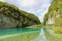 Jasny jezioro w skałach Obraz Stock