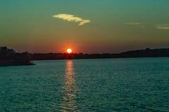 Jasny kontur słońce przy zmierzchem z piękną linią horyzontu nad jeziornym Zorinsky Omaha Nebraska obraz stock