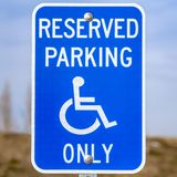 Jasny Kwadratowy Błękitny Zarezewowany Parking Van Dostępny znak z mężczyzną na wózek inwalidzki ikonie zdjęcie stock