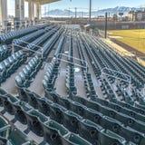 Jasny Kwadratowy Wielopoziomowy miejsca siedzące i przegląda pokoje na baseballa polu przeglądać na słonecznym dniu zdjęcia royalty free