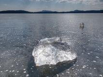Jasny lód na jeziorze przeciw niebu Crystally czysty kawałek lód Obraz Royalty Free
