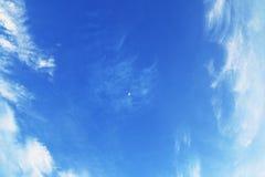 Jasny niebieskie niebo i chmury Fotografia Royalty Free