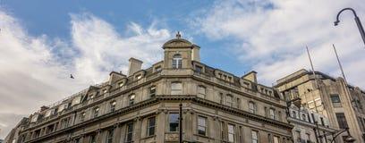 Jasny niebieskie niebo w Londyńskim miasteczku fotografia stock