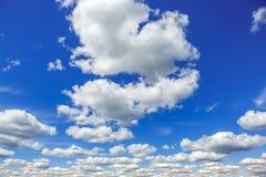 Jasny niebieskie niebo z białymi dużymi chmurami Zdjęcia Stock