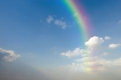 Jasny niebieskie niebo z biel tęczą i chmurą obraz stock