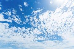 Jasny niebieskie niebo z chmurą Fotografia Royalty Free