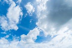Jasny niebieskie niebo z chmurą Zdjęcie Royalty Free