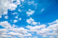 Jasny niebieskie niebo z chmurnym jako tło tapeta, pastelowa niebo tapeta Zdjęcia Royalty Free