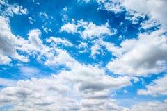Jasny niebieskie niebo z chmurnym jako tło tapeta, pastelowa niebo tapeta Obraz Stock