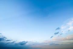 Jasny niebieskie niebo z chmurnym jako tło tapeta, pastelowa niebo tapeta Obrazy Royalty Free
