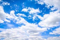 Jasny niebieskie niebo z chmurnym jako tło tapeta, pastelowa niebo tapeta Obraz Royalty Free
