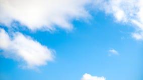 Jasny niebieskie niebo z prostą biel chmurą z przestrzenią dla teksta tła Szerokie chmury i niebieskie niebo błękitne niebo tła Fotografia Stock