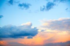 Jasny niebieskie niebo z prostą biel chmurą z przestrzenią dla teksta tła Szerokie chmury i niebieskie niebo błękitne niebo tła Zdjęcie Royalty Free