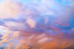 Jasny niebieskie niebo z prostą biel chmurą z przestrzenią dla teksta tła Szerokie chmury i niebieskie niebo błękitne niebo tła Obrazy Stock