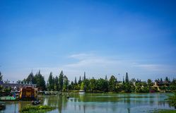 Jasny niebieskie niebo z zieloną jezioro wodą i las jako tło w Indonesia zdjęcie royalty free