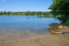 Jasny niebo, Błękitny jezioro zdjęcie stock