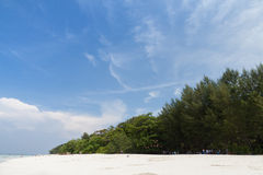 Jasny niebo przy Tachai plażą Fotografia Stock