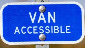 Jasny panoramy błękita znak z Van Dostępny tekstem na parking terenie dla niepełnosprawnych ludzi fotografia royalty free