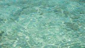 Jasny, przejrzysty błękitny zielony morze z odbiciem i zdjęcie stock