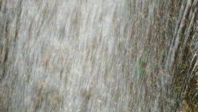 Jasny przepływ wody rzecznej spływania post zbiory wideo
