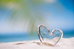 Jasny szklany serce na białej piasek plaży Obrazy Stock