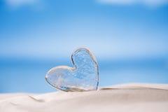 Jasny szklany serce na białej piasek plaży Obraz Stock