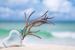 Jasny szklany serce na białej piasek plaży Fotografia Royalty Free
