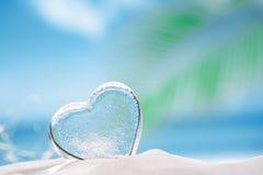 Jasny szklany serce na białej piasek plaży Zdjęcie Stock
