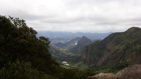 Jasny widok Petropolis od à Parque Nacional Serra dos 'rgãos Fotografia Stock