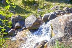 Jasny wodny bieg między kamieniami spada bardzo szybko Obrazy Stock