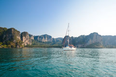 Jasny wodny niebieskie niebo i jacht Plaża w Krabi prowinci, Thailan zdjęcie stock