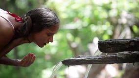 Jasny wodny spływanie w kobiety rękę Młoda kobieta myje jej twarz na naturze 1920x1080 zbiory