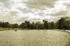 Jasny wodny staw w warkocza tle i parku Fotografia Stock