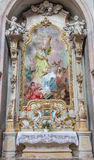 Jasov - барочные бортовые алтар и краска St Andrew и St. John Nepomuk от монастыря Premonstratesian Стоковое Фото