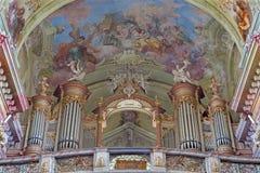 Jasov - organo ed affresco barrocco da Johann Lucas Kracker (1752 - 1776) sul soffitto barrocco dal convento di Premonstratesian i immagini stock