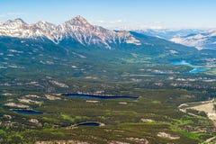 Jasper湖鸟景色从吹口哨山-加拿大的顶端 免版税库存照片