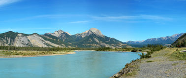 Jasper See und felsige Berge Lizenzfreie Stockfotos