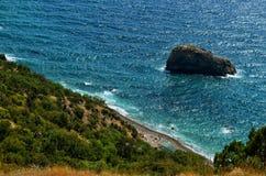 Jaspisstrand und Felsen des heiligen Phänomens auf Kap Fiolent in Krim lizenzfreie stockfotografie