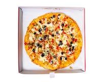Jast levererade varm pizza i kartong arkivfoto