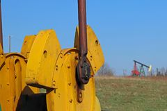 Jaszczew, Polen - april 8, 2018: De post van de oliepomp Tansport en distributie van olie Technologie van het systeem van het oli royalty-vrije stock foto's