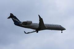 Jato das linhas aéreas de SkyWest na pista de decolagem antes da decolagem Foto de Stock Royalty Free