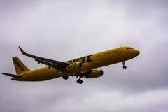 Jato das linhas aéreas do espírito que entra para aterrar Fotos de Stock Royalty Free