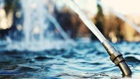 Jato de água da fonte no movimento lento filme