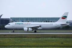 Jato de Bulgarian Air Charter que faz o táxi no aeroporto imagem de stock