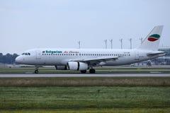 Jato de Bulgarian Air Charter que faz o táxi no aeroporto imagens de stock