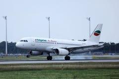 Jato de Bulgarian Air Charter que faz o táxi no aeroporto fotos de stock royalty free