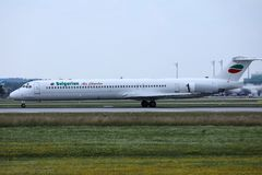 Jato de Bulgarian Air Charter que faz o t?xi no aeroporto fotos de stock royalty free